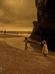 la nueva esperanza (villarriestra) Tags: children nios beach playa cloudy nublado l
