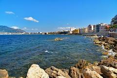 Trapani / Via Dante Alighieri / Bay (Pantchoa) Tags: italie mditerrane sicile baie viadantealighieri rochers paysage eau ciel bleu nikon d7100 1685mm nuages trapani