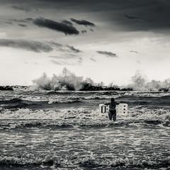 Affrontando le onde (Stefano Cerchiaro - www.stefanocerchiaro.it) Tags: mare tempesta spiaggia bagno cesenatico scogli burrasca