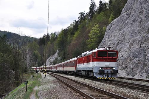 ZSSK 757 014 met sneltrein, Harmanec Jaskyna, 30-04-2015