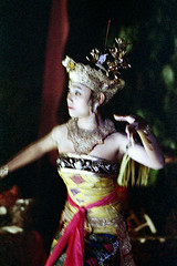 25-184 (ndpa / s. lundeen, archivist) Tags: people bali woman color film girl hat festival female 35mm indonesia temple dance costume clothing blurry dancers dancing traditional nick performance ceremony culture celebration 25 southpacific ritual tradition 1970s drama hindu performers performer 1972 youngwoman indonesian headdress balinese dewolf oceania pacificislands nickdewolf photographbynickdewolf dancedrama pacificislandculture reel25