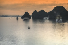 Halong (Inmacor) Tags: vietnam bahiadehalong inmacor viaje vacaciones paisaje mar sea sensaciones travel traveler fog islas barcos