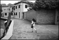 Running home from school (Venezia - Burano) (Michael Wögerbauer) Tags: rollei35s rollei rollei35 fomapan200 fomadol excelw27 xtol venice venedig venezia murano blackandwhite blackwhite schwarzweiss schwarzweis film selfdeveloped streetphotography