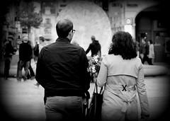 Retrouvailles (Aurlie Lb) Tags: fleurs couple promenade bouquet rue vignettage fontaine