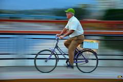 Green cap, purple bike (Otaclio Rodrigues) Tags: bicicleta bike pontes bridges panning homem man ciclista cyclist movimento moviment motion grades railings urban cidade city resende brasil oro