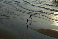 Jump (Eddy Allart) Tags: beach waves plays fun saltar springen ptotographer people water simmer verano zomer refection reflejos