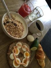 Frukost 3/8 (Atomeyes) Tags: mat fil msli knckebrd gg kaviar gurka juice jordgubb kaffe citron vatten
