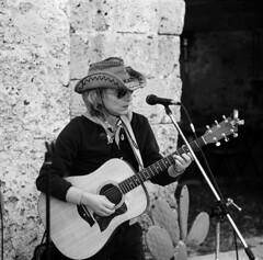 il musicista (the musician) (nomade_errante64) Tags: people gente d76 mamiya6 ritratto marzamemi sicilia kodaktrix400 1exp conoscan9950f