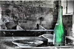"Les ""existants""  (alogico) Tags: abstract les bottle arte philosophy literature astratto psicologia psychology filosofia raison piatti psychoanalysis letteratura esistenza sociologia bottiglia jeanpaulsartre esistenzialismo existants exister lanausea psicoanalisi piattirotti esistente alogico lanause"