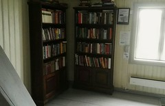 Book exchange shelf at Drengestua, Gjvik grd. (zimort) Tags: bok books bookexchangeshelf bokbyttehylle gjvik drengestua grd