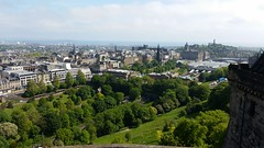 View from the castle - Edinburgh (Paloma Palermo) Tags: schloss burg castle partly cloudy teilweise bewlkt aussicht view schottland scotland
