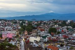 anochecer Xalapa (angelpetrilli66) Tags: ciudad volcan popo xalapa veracruz parque plaza juarez cielo street sky