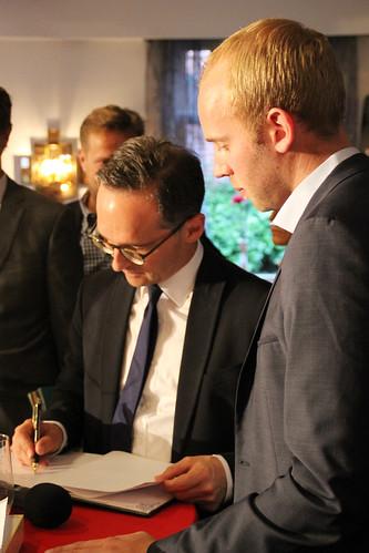 Bundesminister Maas trägt sich ins Gästebuch des Hotels Wöbken ein.
