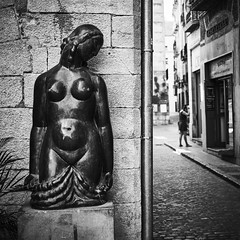 Hidden behind the wall... (elgunto) Tags: girona street people statue wall squared 11 blackwhite bw sonya7 zeiss jena flektogon 35mm manuallense