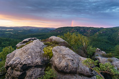 Am Ende des Regenbogens (Philipp Zieger) Tags: sonnenuntergang schrammsteine schsischeschweiz landscape elbsandsteingebirge landschaft wolken clouds regenbogen rainbow felsen rocks earth erde mutter mother vista aussicht view nature natur outdoors drausen sunset farben colors hiking wandern saxonyswitzerland sachsen saxony nationalpark deutschland germany sony a6000 sel10184