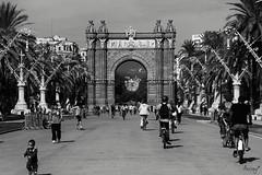 Un passeig per Barcelona (ancoay) Tags: barcelona arcodetriunfo bw blackwhite paseo walk catalonia ancoay canon600d arcdetriomf 7dwf