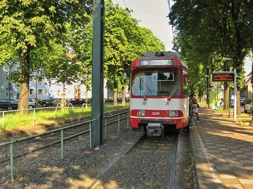 GT8SU Triebwagen der Rheinbahn im Juni 2008 auf der Linie U76 an der Haltestelle Heerdter Sandberg in Düsseldorf Oberkassel