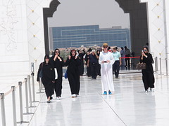 Tourists flock to The worlds second biggest mosque and a spectaculare structure, Abu Dhabi!