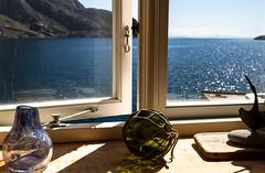 Vue sur le fjord... (J&S.) Tags: voyage mer caf soleil interieur reflet fjord lofoten fentre vue calme boule repos norvge confort nusfjord