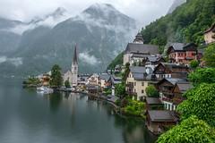 Mme sous la pluie c'est une merveille HALLSTATT - AUTRICHE (daumy) Tags: village glise lac maison nuage montagne cime sapin bord rive reflet typique autrichien emblme hallstatt obersterreich autriche