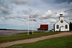 Beaut sur le chemin Beaumont (deplour) Tags: prdenhaut drapeaux acadien micmac glise chalet maison rivire petitcodiac river church house cottage flags chemin beaumont road