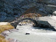Pont en arc sur L'Arc (maxguitare1) Tags: montagne mountain montagna montaa randonneur mochilero backpacker fiume torrente rivire torrent river canon vanoise savoie france alpes