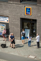 Apocalypse Now (speedmatters) Tags: city urban germany shopping consuming consumer closed sorry street frankfurt retail daylight deutschland waiting service blackout stromausfall kundenbindung
