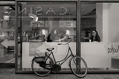 Lunch (Mr.White@66) Tags: shop store window people lunch hotdog fujifilm fujifilmx70 amsterdam netherlands holland biancoenero bw blackwhitepassionaward