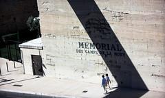 Le pass II (Travt) Tags: le pass passato memorial mort france shadow ombra uomo donna coppia canon 600d luce chiaro scuro camps marsiglia museo memoria