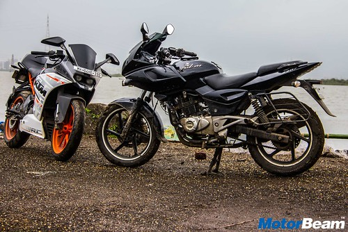 Bajaj-Pulsar-220-vs-KTM-RC-390-11