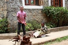 Reggie en Rashid op hun zelfgemaakt karretje