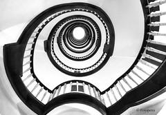 Treppenhaus (petra.foto on/off) Tags: canon fotopetra 5dmarkiii hamburg mesberghof kontorhaus treppe treppenhaus spirale monocrom schwarz weis