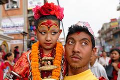 Kumari, Patan (Bertrand de Camaret) Tags: nepal asie asia patan kathmanduvalley ratomatsyendranath festival fete kumari fleurs homme man fille girl street rue portrait bertranddecamaret ngc nationalgeographic horizontale collier topi chapeau bijou deesse deessevivante livinggoddess