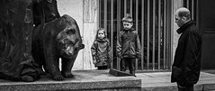 Untitled (Frank Busch) Tags: bear street bw germany children munich mnchen bayern blackwhite father sightseeing streetphotography workshop thomasleuthard frankbusch wwwfrankbuschname photobyfrankbusch frankbuschphotography imagebyfrankbusch wwwfrankbuschphoto