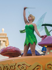 Mickey's Soundsational Parade (Javier Castanon) Tags: music public kids amusement dance mainstreet ride bell disneyland joy tinkerbell disney parade desfile paseo fairy amusementpark alegria fairies msica baile themepark diversin hada tinker hadas disneylandia disneypark soundsational mickeyssoundsationalparade
