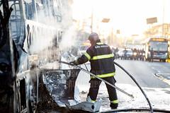 Incendio em onibus Marginal Tiete 12jul2016-20.jpg (plopesfoto) Tags: carros nibus fogo fumaa polcia incndio cet chamas bombeiros marginaltiet passageiros trnsito cobom