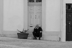 Sit and wait... (Jutta M. Jenning) Tags: street travel people blackandwhite monochrome relax fotografie leute streetphotography haus malta menschen insel peoples architektur mann pause schwarzweiss fassade mensch haeuser gemuetlichkeit entspannung marsaxlokk sitzplatz maenner gemuetlich begegnung mjpics