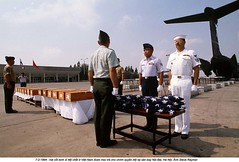 RA003843 (ngao5) Tags: people standing soldier asia southeastasia flag aircraft military victim unitedstatesofamerica group americanflag vietnam container vehicle americans posture coffin adults casualty repatriation unitedstatesnavy unitedstatesarmy nationalflag unitedstatesairforce militaryaircraft militarypersonnel historicevent americanarmedforces northamericanhistoricalevent unitedstateshistoricalevent vietnamwar19591975 standingatattention standinginformation northamericanflag warvictim nobaiinternationalairport