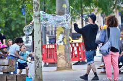 Bulle de savon place de la Rpublique (La Pom ) Tags: paris place promenade enfants rpublique personnes gens bulle savon touriste jeux