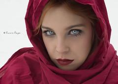Enkar (Raelser (Ramiro)) Tags: nieve rojo ojos azules mirada chica girl rubia pelirroja frio pauelo