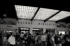 Stazione di Firenze Santa Maria Novella (andrea.guidetti) Tags: italia italy toscana tuscany firenze florence stazione station train treno santamarianovella smn blackandwhite monocromatico monochrome biancoenero interni interno biglietti ticket