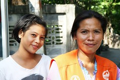 motorcycle taxi driver and her daughter (the foreign photographer - ) Tags: woman female portraits canon thailand kiss bangkok taxi daughter motorcycle driver khlong bangkhen thanon 400d