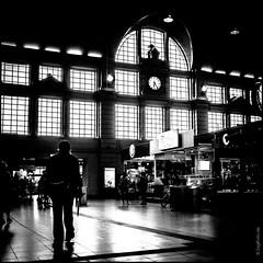 Hauptbahnhof (ZaglFoto.de) Tags: deutschland de sachsenanhalt hallesaale bahnhof street streetphotography streetphotographer strase schwarzweiss sw
