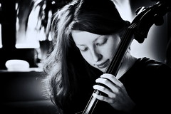 Maria con il violoncello II (SmoHoHo) Tags: cello frau portrait person schwarzweis haare saiten musik instrument sonya58 tamronsp70300