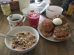 Frukost 5/8 (Atomeyes) Tags: mat frukt yoghurt frukost frallor dinkel rg skinka ost salami kaffe msli