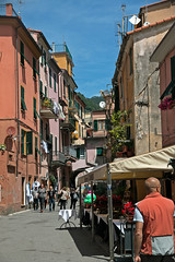 Cinque Terre, Monterosso (Kurtsview) Tags: italy cinqueterre monterosso village outdoor people architecture cannon 70d shops shopping cafe unesco