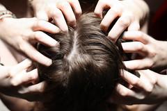 J274/365 - POUX (clementine.gras) Tags: 365 faceless autoportrait selfportrait head poux gratter hands arg itchy