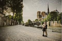 Couple devant Notre Dame de Paris (ambre.peyrotty) Tags: paris love engagement couple notre dame d800