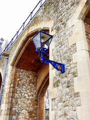 The Tower of London (photphobia) Tags: tower toweroflondon london castle castillo fortress city oldwivestale cityoflondon outdoor architecture buildings building buildingsarebeautiful blu lamp wall arch