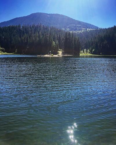 Синевир — удивительное озеро, которое спрятано высоко в горах и лесах Карпат.